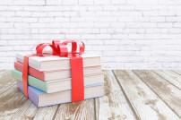 Bücherstapel mit roter Schleife