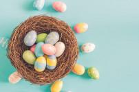 Bunte Eier in einem Osternest