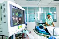 Arzt und Patient im Zimmer mit Monitor