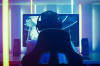 Gamer spielt am Computer