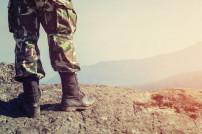 Soldat in Uniform auf einem Berg
