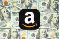 Amazon-Logo vor 100-Dollar-Scheinen