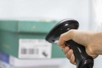 Warenhausscanner scannt Code am Produkt