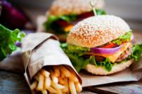 Burger und Pommes liegen auf einem Tisch