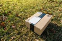 Paket auf Rasen