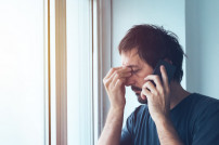 Mann am Telefon ist genervt