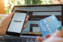 Amazon auf Smartphone und Kreditkarte