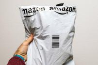 Hand und Amazon-Tüte