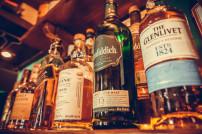 Mehrere alkoholische Getränke in einem Regal