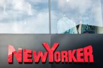 Logo der Modekette New Yorker an einem Geschäft