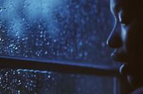 Frau am Fenster: Screenshot Amazon-Video