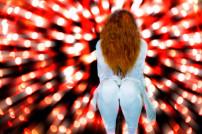 Frau inmitten von Lichtpunkten