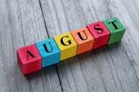 August auf Holzwürfeln