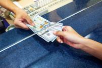 Hand mit Dollar-Scheinen