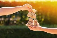 Hände mit Geldsäcken und Dollarzeichen