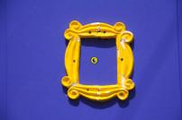 Blaue Tür mit gelben Bilderrahmen