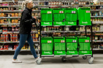 Frau mit Amazon-Fresh-Boxen
