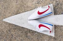 Nike-Schuhe auf Pfeil