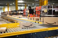 Amazon-Pakete auf Rollband