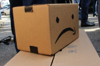 Amazon-Paket mit wütendem Smiley