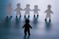 Konzept-Bild Rassismus mit Papierfiguren