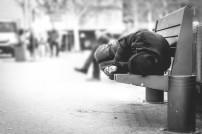 Obdachloser: Liegend auf einer Bank