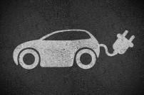Zeichen eines E-Autos auf dem Boden