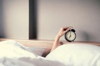 Wecker und Bett