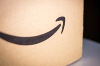 Zahlen geben Grund zur Freude: Amazon-Karton mit dem berühmten Lächeln