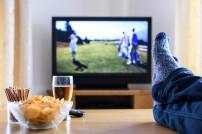 Fernseher und Tisch mit Füßen darauf