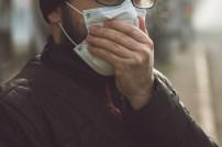 Mann mit Mundschutzmaske