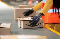 Amazon-Paket wird in einem Logistikzentrum verarbeitet