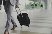 Warnung vor Reisen: Geschäftsmann mit Reisekoffer