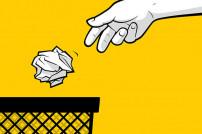 Hand, die Müll in einen Papierkorb wirft