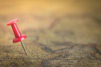 Roter Pin auf Landkarte