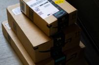 Amazon-Pakete auf einem Stapel