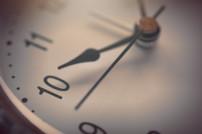 Versinnbildlichung von Kurzarbeit: Uhr in Nahaufnahme