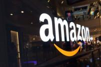 Amazon-Logo auf einer dunklen Fläche