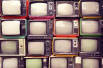 Viele alte TV-Geräte gestapelt