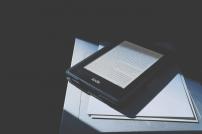 Amazon: E-Book-Reader von Kindle auf einem Tisch