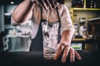 Wodka bzw. Alkohol wird in ein Glas gegossen