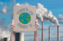 There is no Planet B Schild vor Fabrik