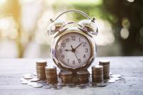 Geld und Uhr auf Tisch