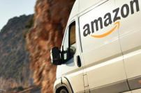 Weißer Transporter mit dem Amazon-Logo