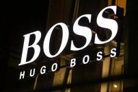 Beleuchtetes Logo der Modemarke Hugo Boss