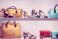 Luxus: Modische Accessoires in einem Regal