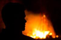 Mann vor Feuer