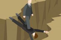 Mann, der über einen anderen Mann drüber läuft
