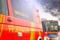 Fahrzeuge der Feuerwehr bei einem Einsatz