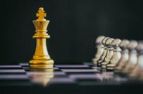 Goldener König auf Schachbrett